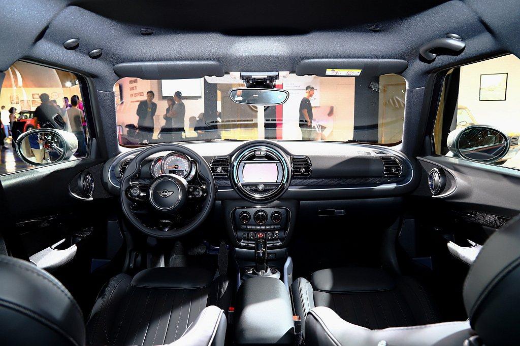 MNI Clubman內裝具備識別度極高的環抱儀表台座艙飾板。 記者張振群/攝影