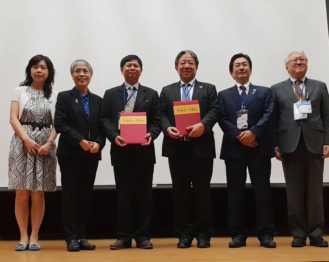 台灣理事長TFBIA陳世昌(左三)與日本FBIA代表Kakehi(左四),在總統...