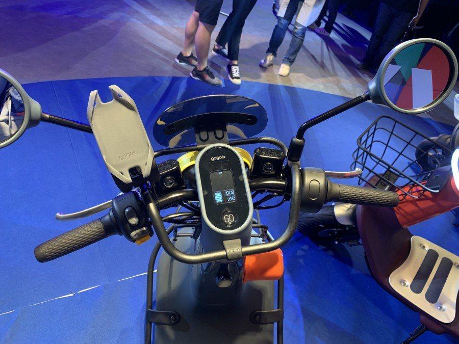 Gogoro VIVA配有無線手機充電板,可以把手機放到車子上充電。 圖片來...