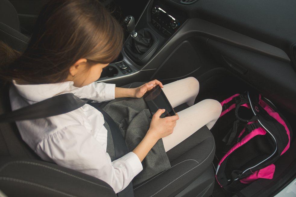 把6歲以下兒童單獨留在汽車上是違法行為。示意圖/ingimage
