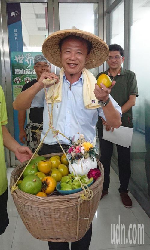 嘉義縣長翁章梁,昨天擔著嘉義農特產出場,推廣農家樂遊程。記者卜敏正/攝影