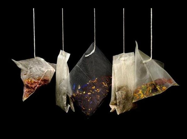 根據加拿大研究人員,塑料茶包可能釋出大量塑膠微粒。取自Instagram@blu...