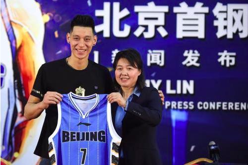 林書豪正式亮相北京首鋼,還展示了自己的7號球衣。圖/翻攝自中新網