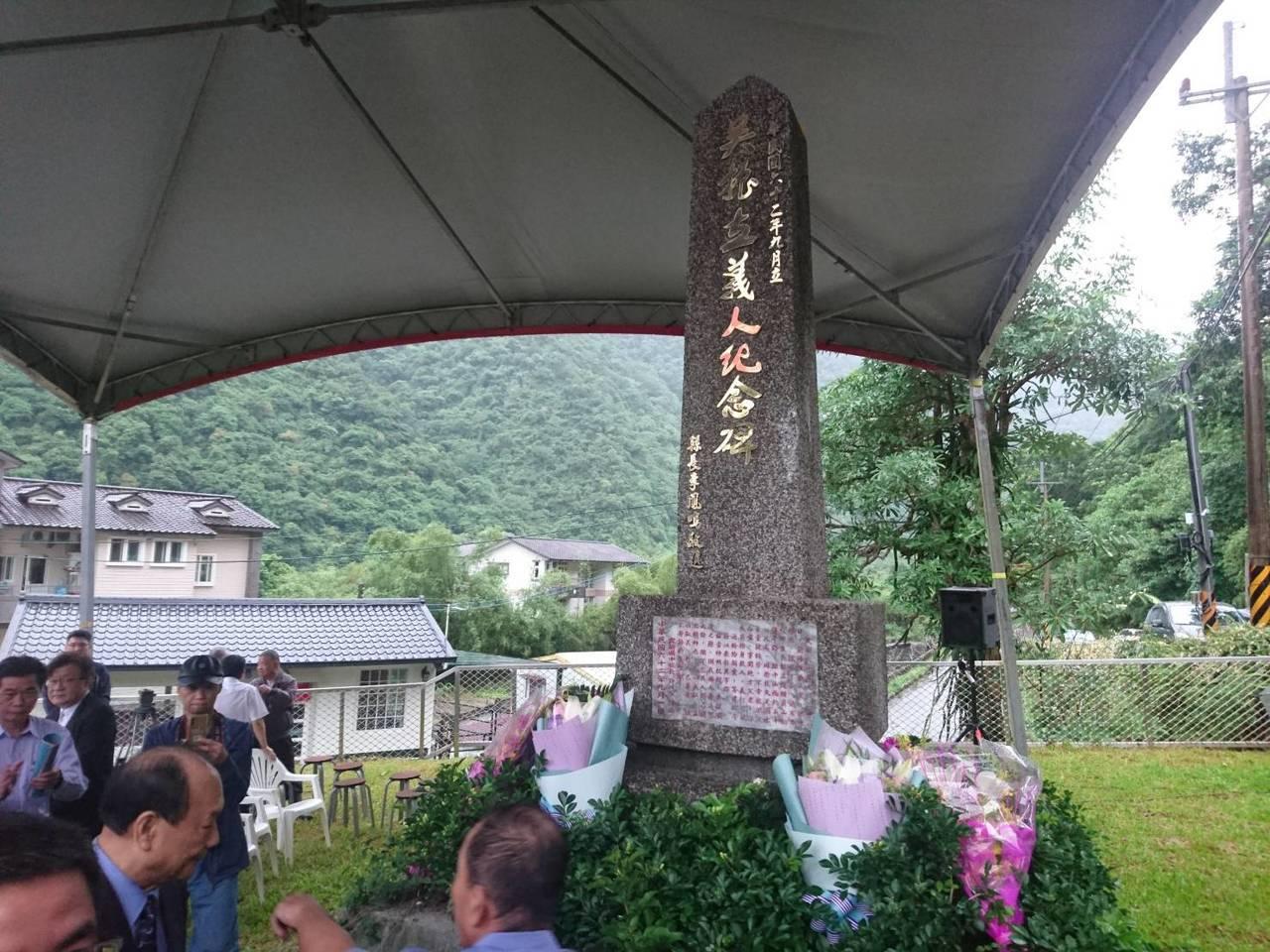 義人吳振立紀念碑遷移到吳振立出生地旁,以便家屬就近維護追思。記者羅建旺/攝影