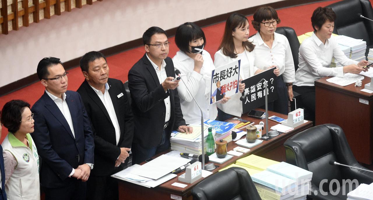 高雄市議會民進黨團進行質詢。記者劉學聖/攝影