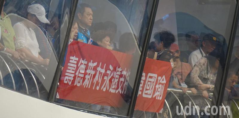 高雄市長韓國瑜居住過的新北市中和區壽德新村居民今天到高雄市議會為韓國瑜打氣。記者楊濡嘉/攝影
