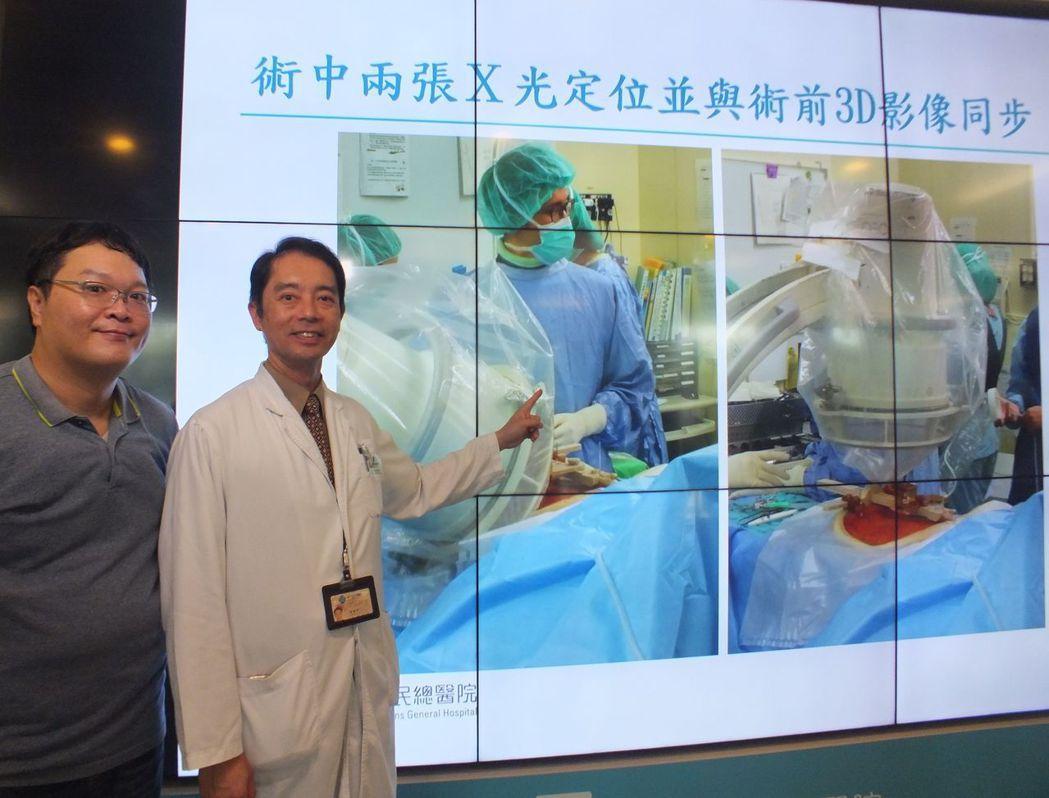 醫師潘建州(右)說明,吳姓患者(左)經接受機械手臂手術,精準置入骨釘,術後恢復良...
