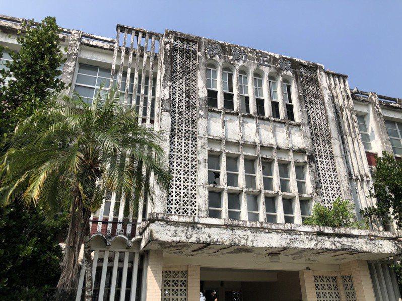 志成工商廢棄18年,建物年久失修已老舊斑駁。記者江國豪/攝影