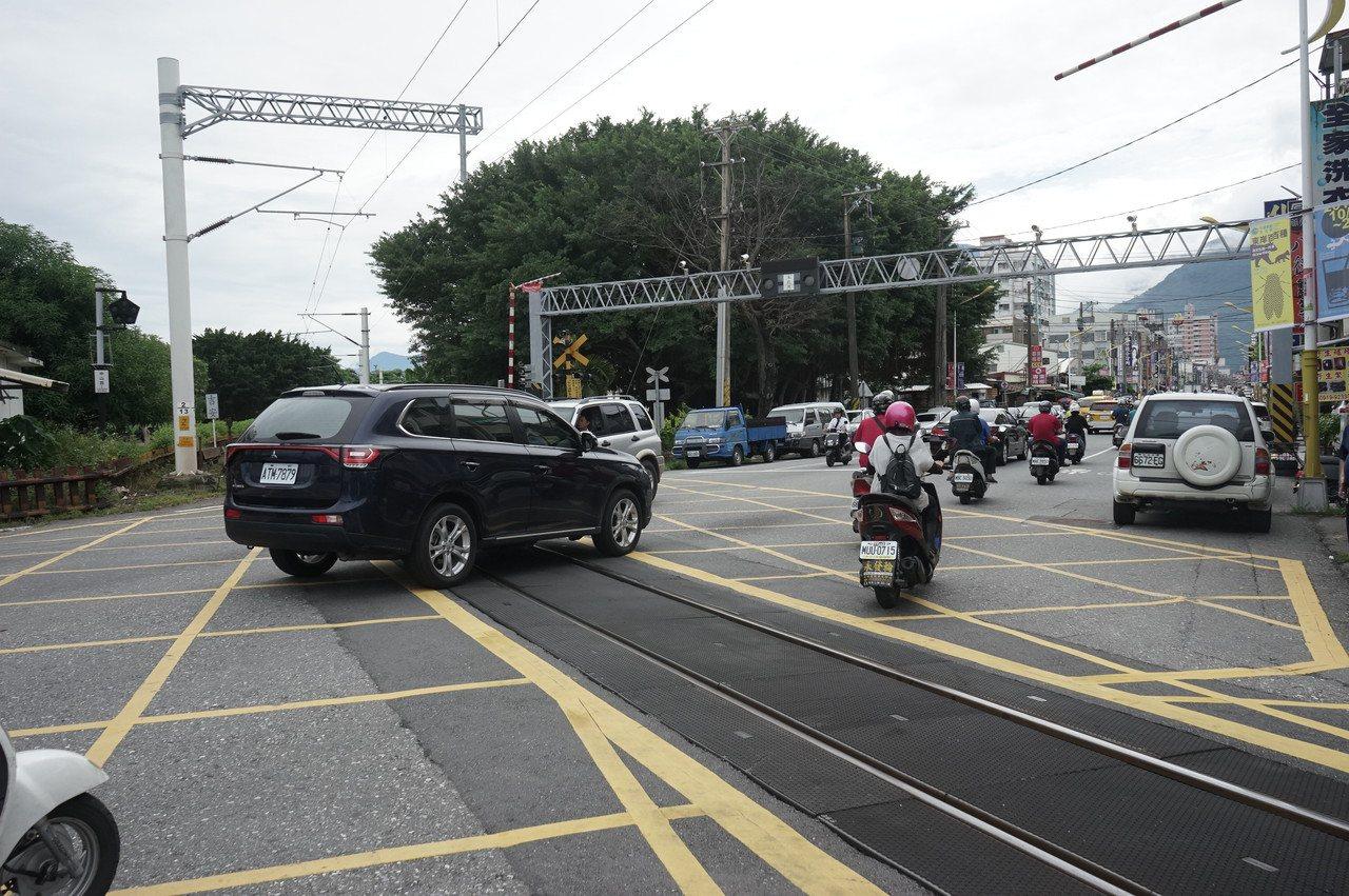 花蓮中華路平交道發生死亡事故 縣議會會勘要求改善