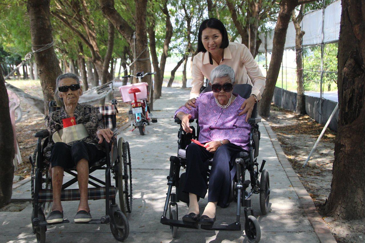 愛吃控肉、愛喝茶 閨密70年變成人瑞坐輪椅也相伴