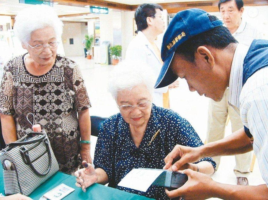 建議家屬為失智患者申請愛的手鍊或到警局指紋捺印,做好預防走失準備。圖為一位長者響應國際失智症日,按捺指紋。圖/本報資料照片