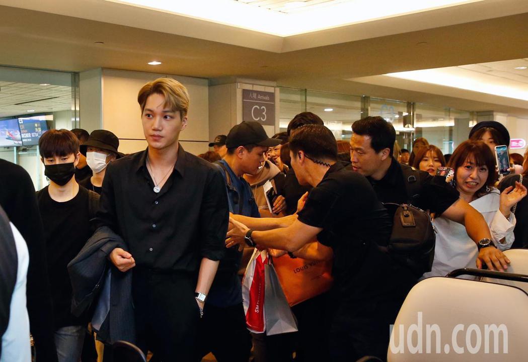 韓團EXO下午搭機抵台,約有百位粉絲在機場管制區內接機,一度將走道塞爆。記者鄭超...