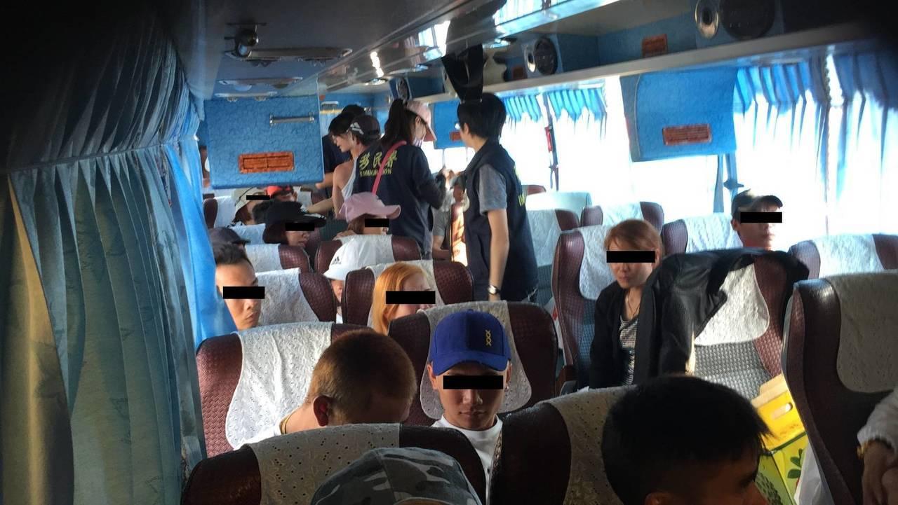 越南非法在台42人組團出遊,移民署高速公路攔車逮人。圖/移民署專勤隊提供