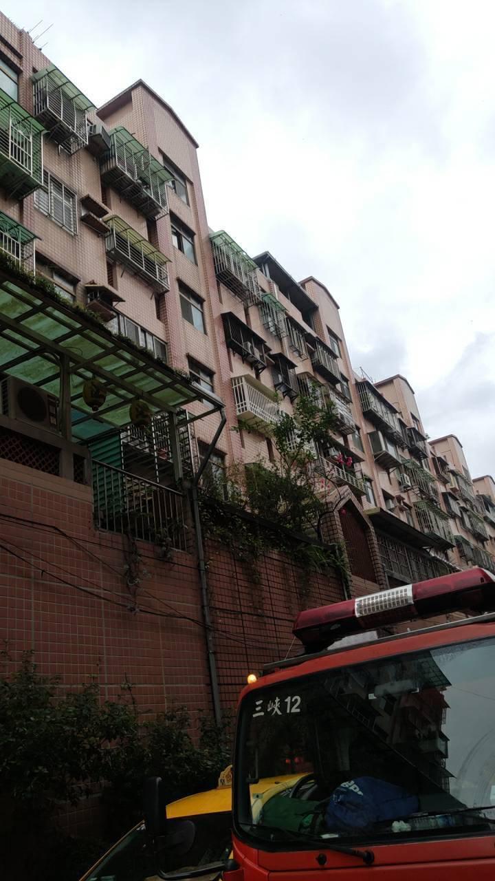 氣爆公寓可以見到爆炸處的房間窗戶飛出,連窗型冷氣都移位差點掉落下樓。記者巫鴻瑋/...
