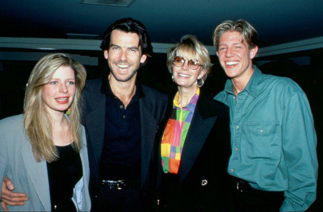 皮爾斯布洛斯南的首任妻子卡珊卓(右二)、繼女夏綠蒂(左一)都因癌症去世,繼子克里...
