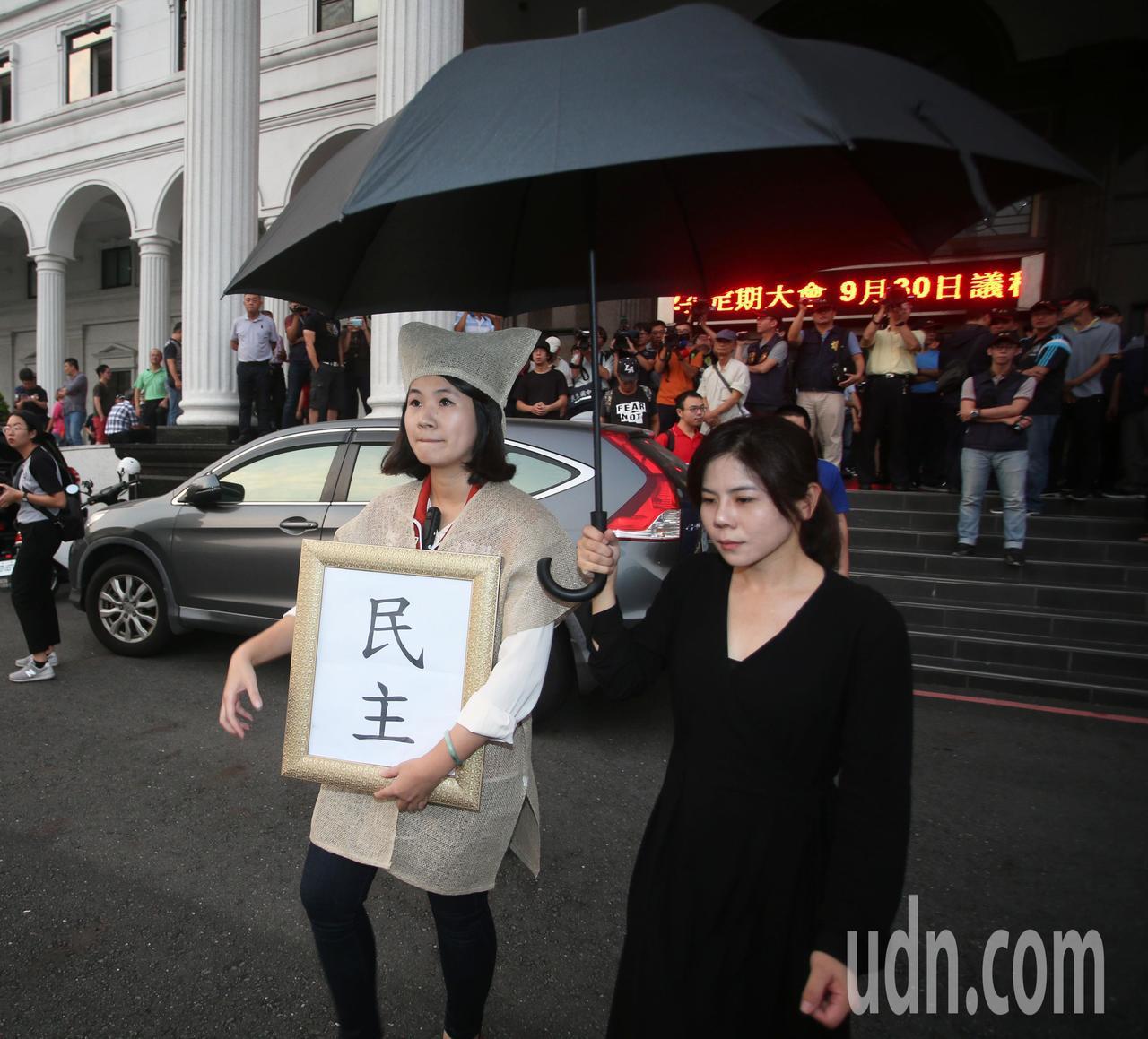 影/台灣基進穿喪服抗議 與韓粉爆發衝突