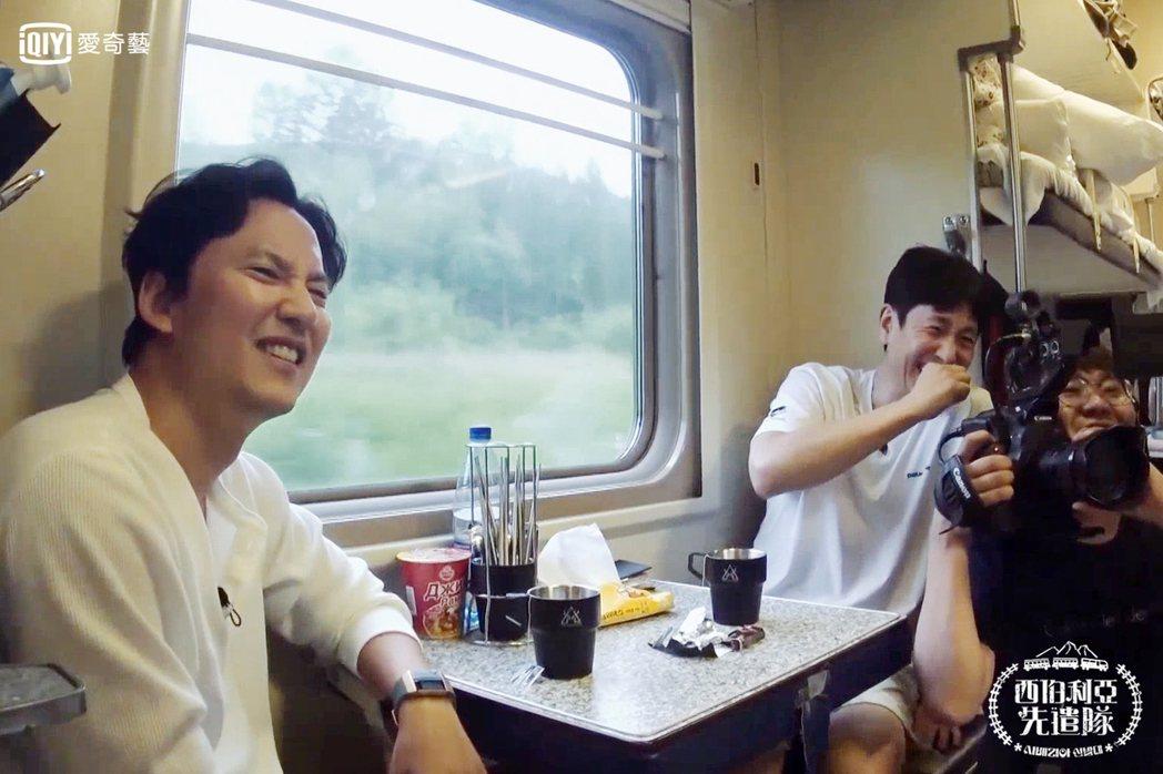 李善均和金南佶一起展開鐵路之旅。圖/愛奇藝台灣站提供