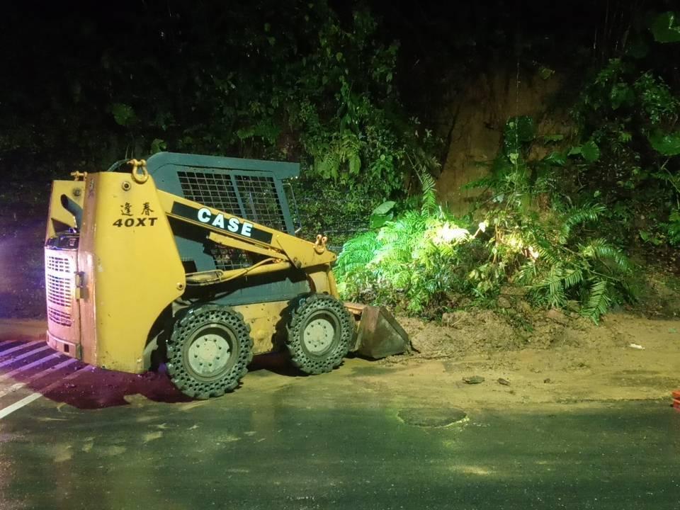 基隆晚間雷電交接雨不斷 尚仁街坍方泥流緊急清除