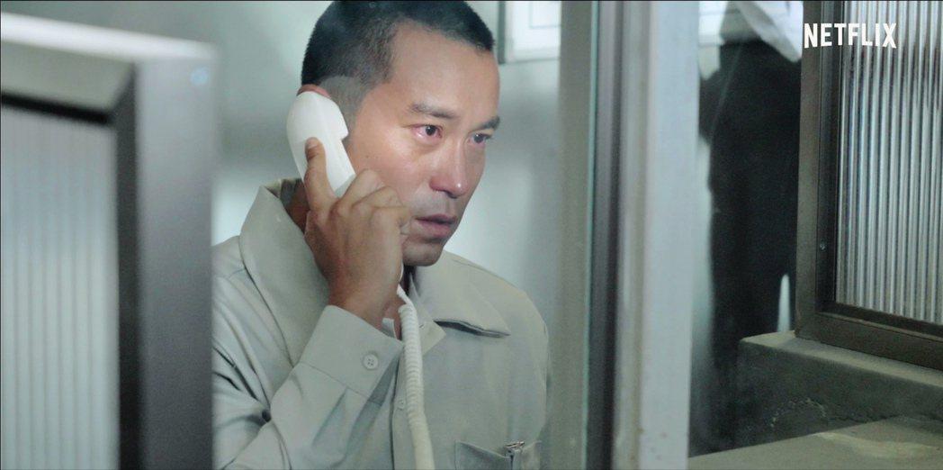 張孝全在「罪夢者」戲中與前來探監的親人,隔著玻璃苦情相望。圖/ Netflix提