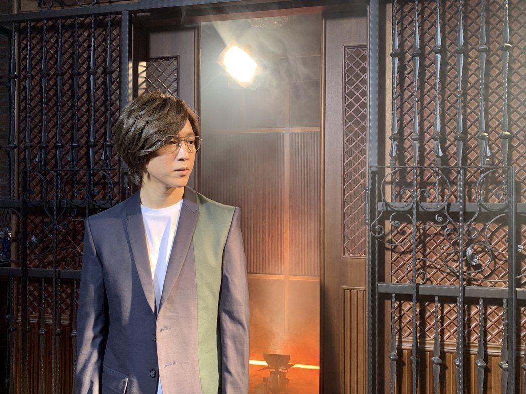 方炯鑌MV中扮演時光之旅的說書人角色。圖/海蝶提供