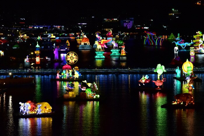 各式各樣的水上花燈,也是晉州南江流燈節的重點觀看項目。圖/取自韓國觀光公社官網