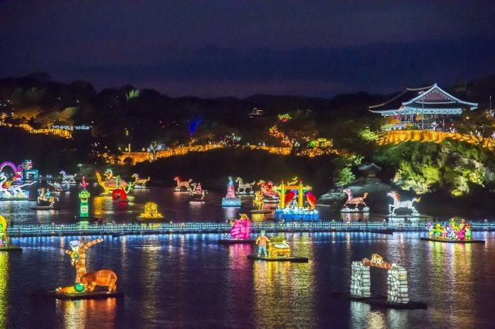 晉州南江流燈節期間,可以看見陸地、水面上的不同造型花燈。圖/取自韓國觀光公社官網