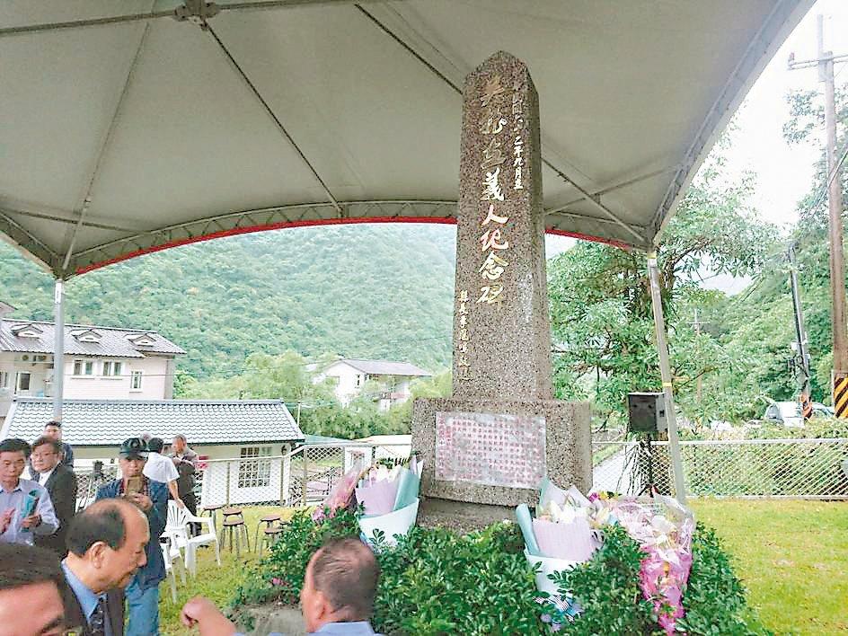 義人吳振立紀念碑遷移到他出生地旁,以便家屬就近維護追思。 記者羅建旺/攝影