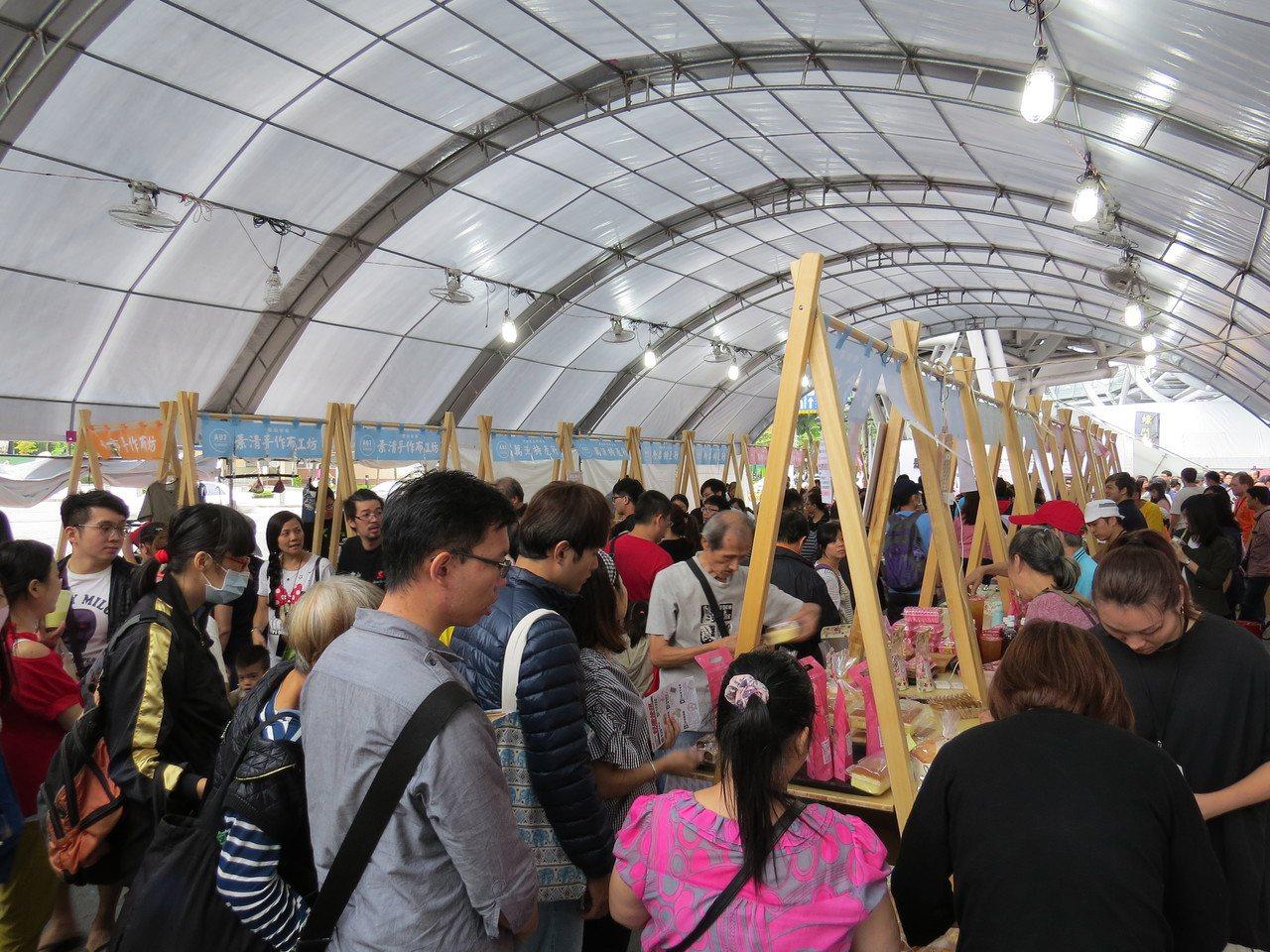 「新北好市節美食嘉年華」有50個市場及夜市攤,是由5萬名網友推薦。圖為去年嘉年華...