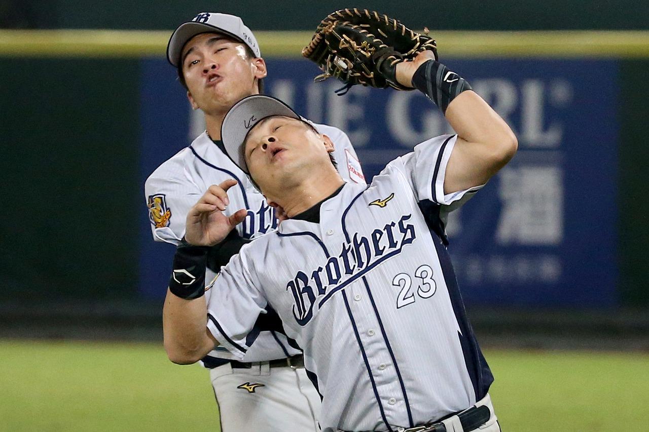 中信兄弟彭政閔(前)與王威晨(後),兩人差點為接球撞在一起。 報系資料照