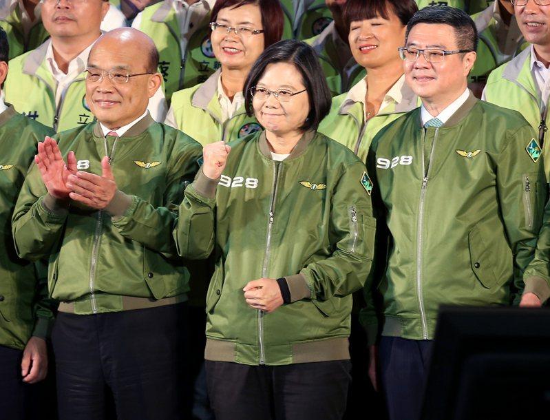 民進黨在圓山大飯店舉行全代會,蔡英文總統(中)、黨主席卓榮泰(右)、行政院長蘇貞昌(左)等人一同出席,與支持者一起高喊「凍蒜」。 記者余承翰/攝影