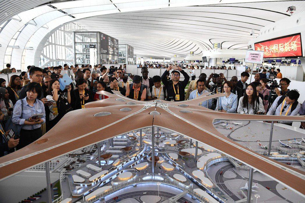 北京大興國際機場夠大、夠新,四處充滿新奇的高科技,逛累了還有各種美食,號稱是「大...