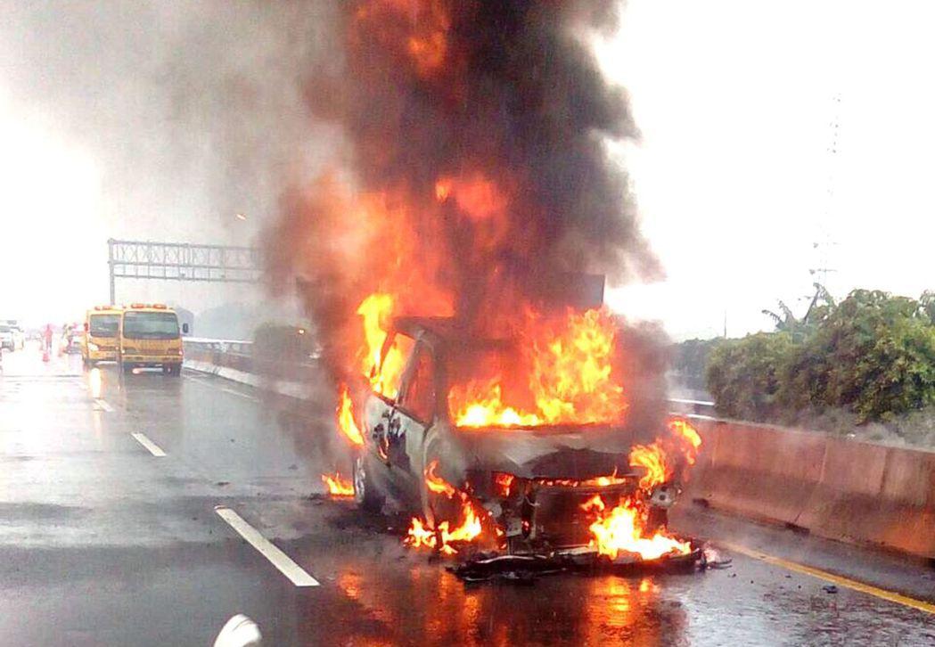 國道火燒車頻傳,會自焚的多半是老舊車。圖/高雄市消防局提供