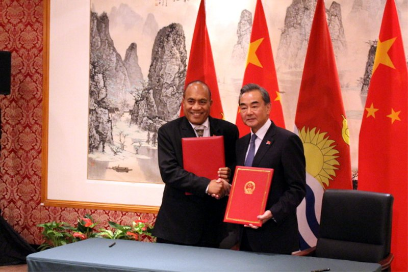 王毅(右)與吉里巴斯總統馬茂交換復交公文。 (記者金春香/攝影)
