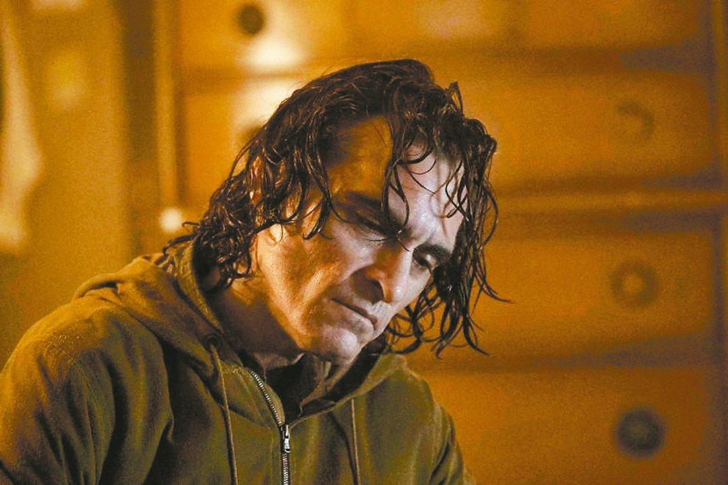 瓦昆菲尼克斯飾演小丑,拍出前所未有的恐怖深度。 圖/華納兄弟提供