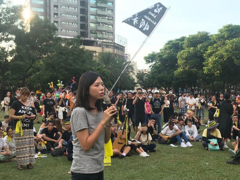 公民團體今下午在台中發起「牽手唱歌撐香港」,500多人到場齊唱,無黨籍立委洪慈庸到場支持。 聯合報系記者洪敬浤/攝影