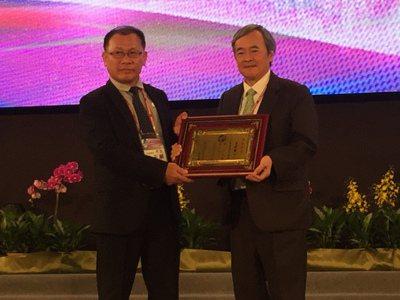 2020年將上任的第27屆總會長梁輝騰(右),上台獲頒新任總會長獎章。 許夷雯/...