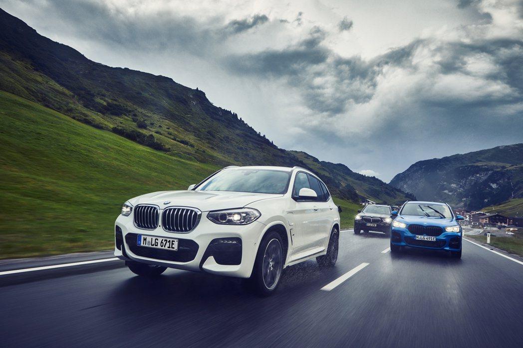 圖中白色車輛為BMW X3 xDrive30e。 摘自BMW