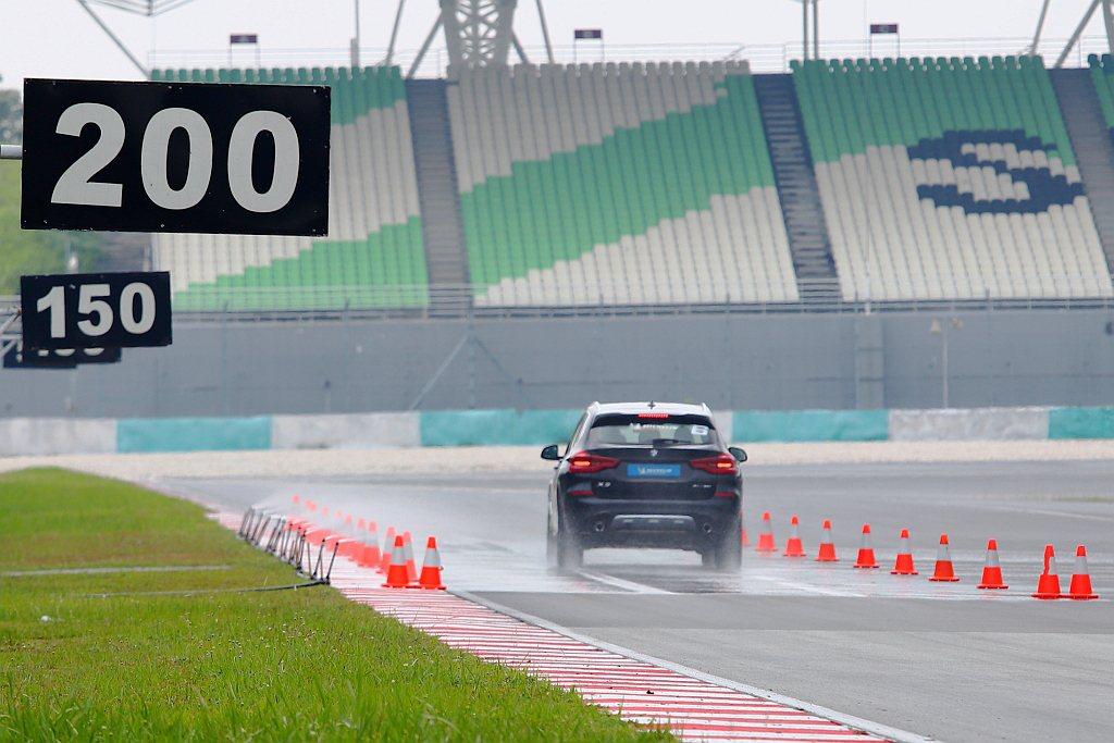 米其林Pilot Sport 4 SUV在溼地煞停的表現,可比競品輪胎能再縮短約...