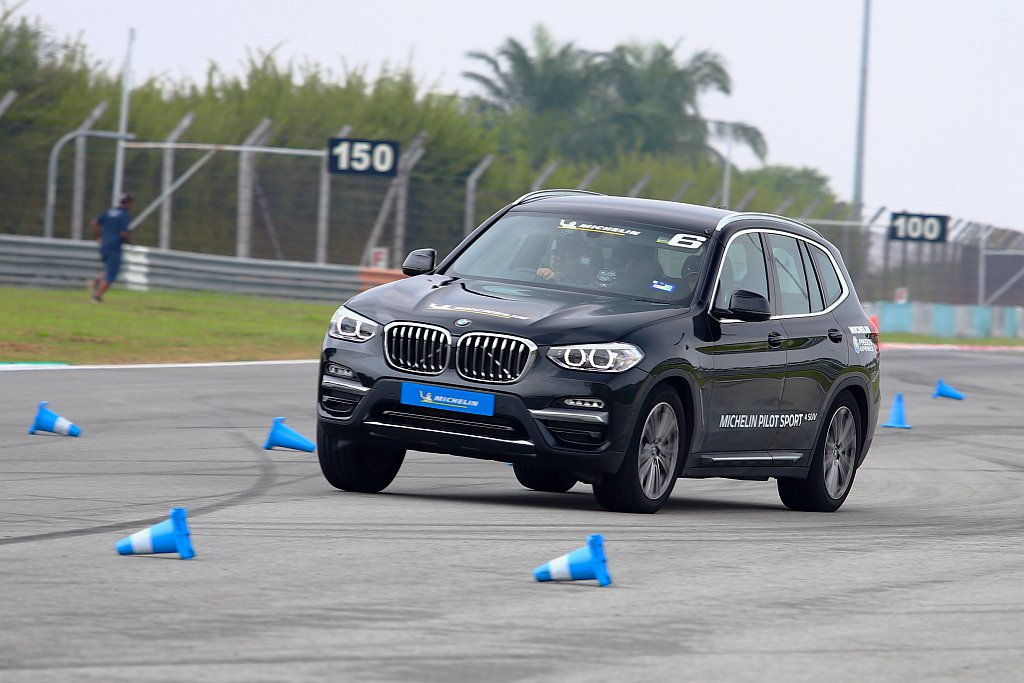 乾地繞錐表現,米其林Pilot Sport 4 SUV具有胎壁變形量更少、梯形胎...