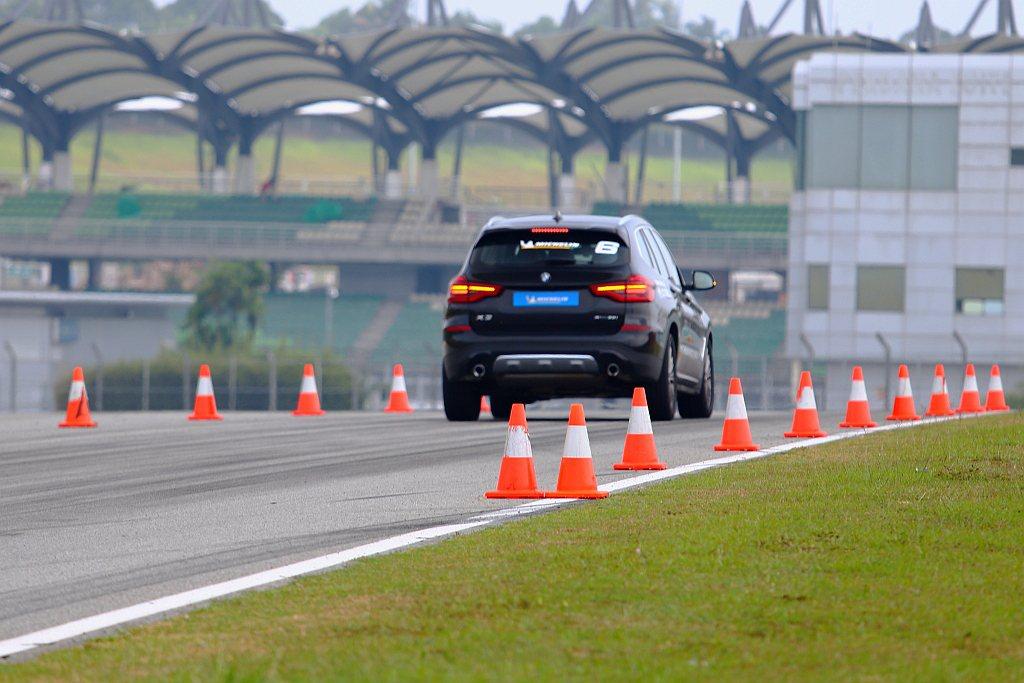 從時速100km/h重煞車到停止,雖然這比較考驗駕駛人膽量,但也能更深刻體會輪胎...