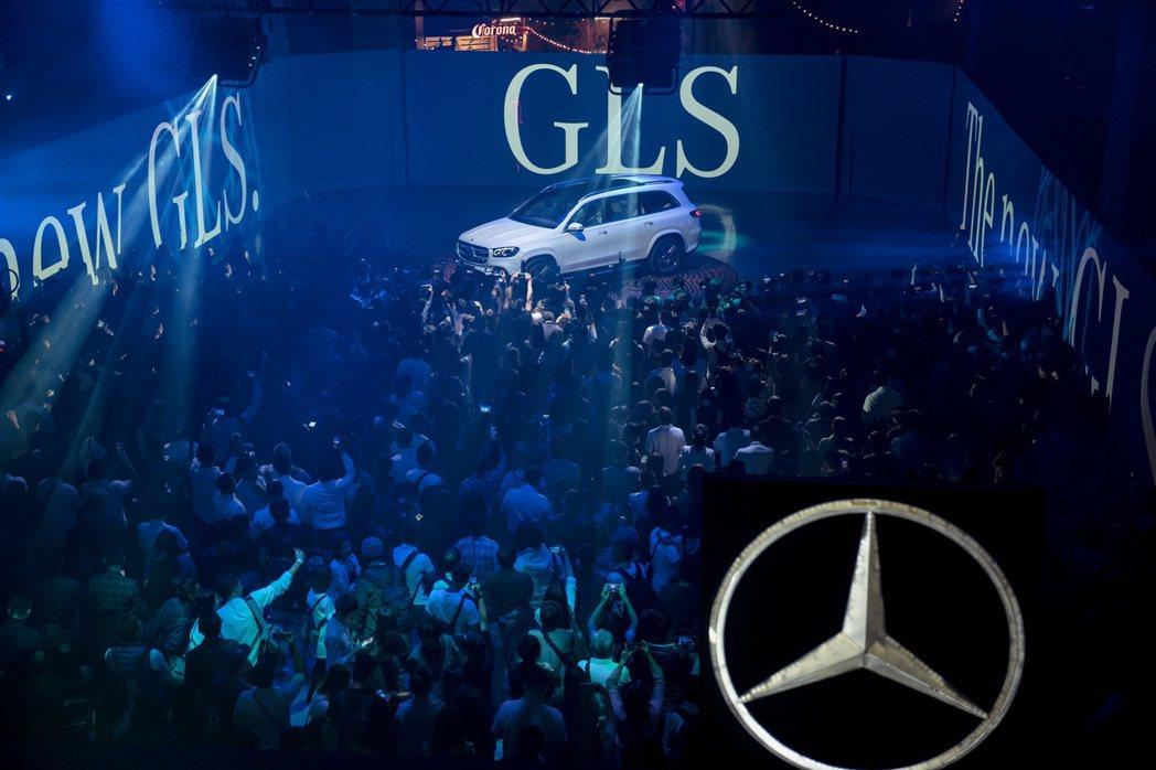 台灣賓士為現場來賓帶來壓軸驚喜The all new GLS,展現七人座駕大器磅...