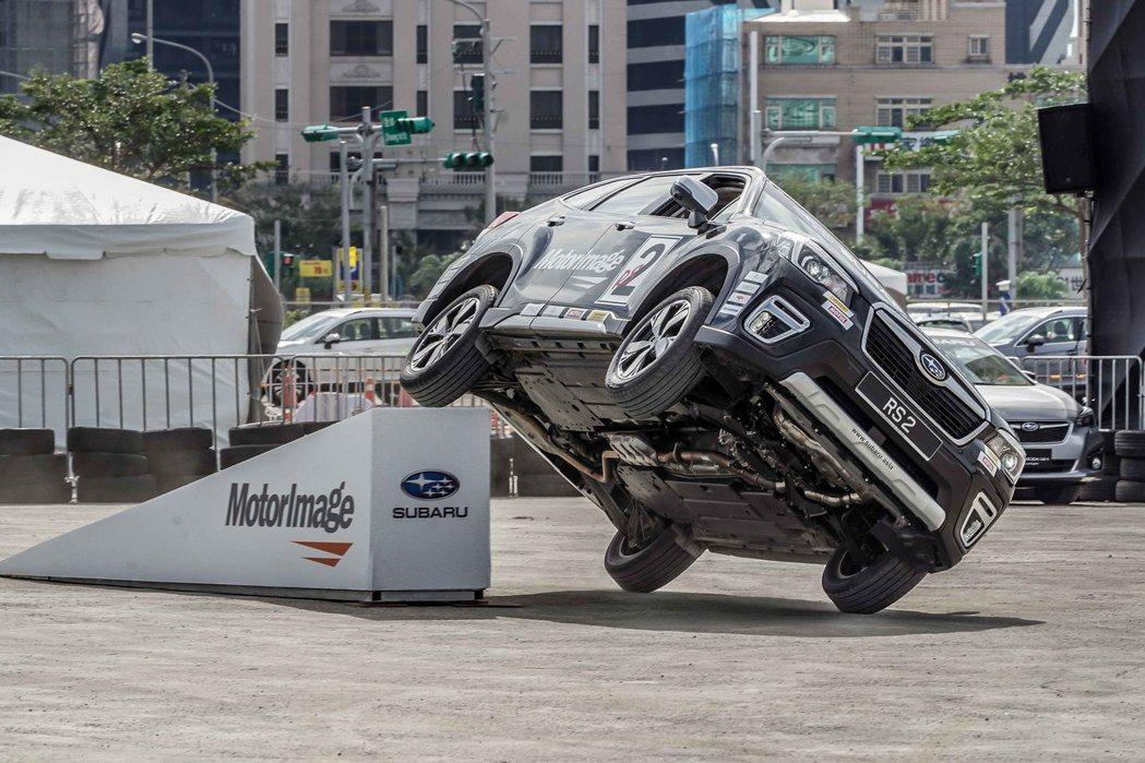 Russ Swift駕駛著一輛輛性能強悍的SUBARU車款奔騰出場,接連完成多項...