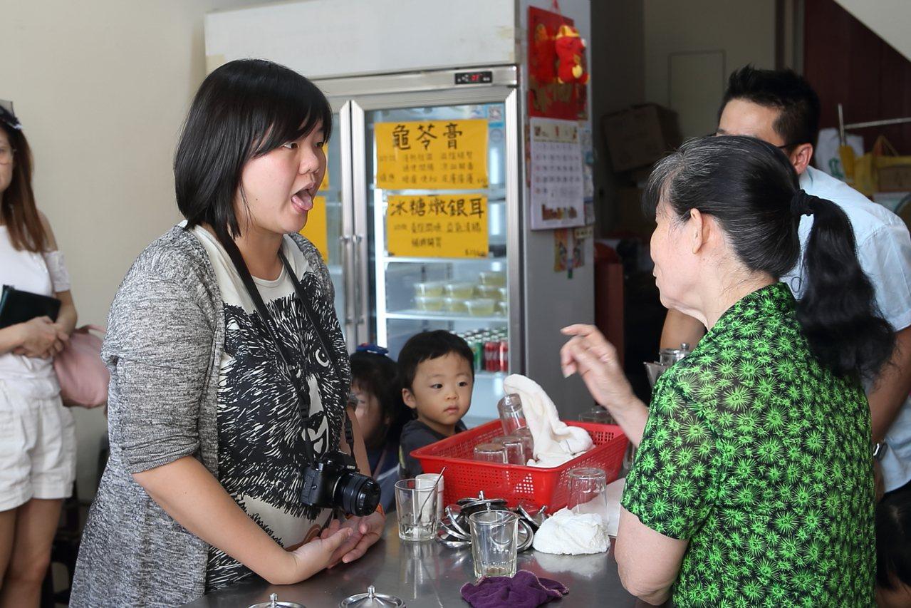 顧客可以吐出舌頭,讓阿婆檢查身體狀態、安排合適的藥茶。記者陳睿中/攝影