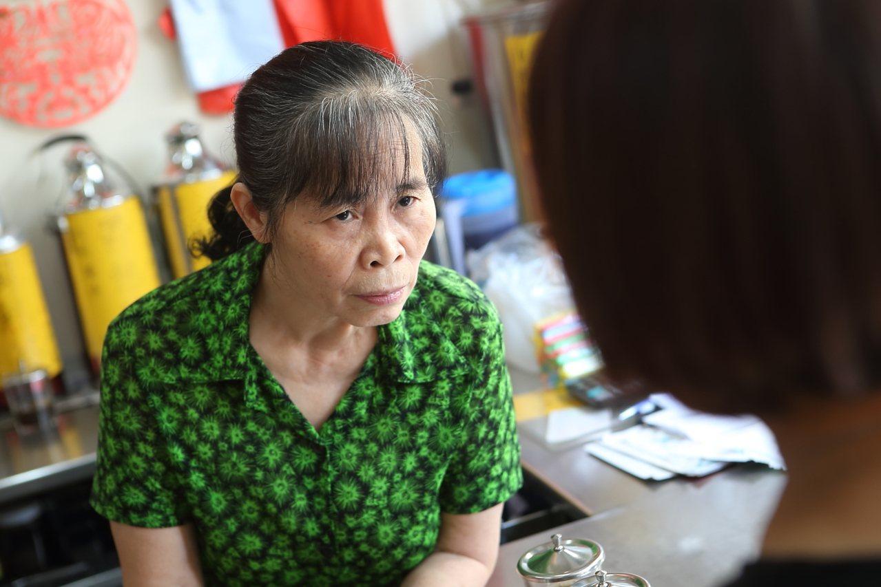 阿婆聚精會神地觀察客人的舌頭,短短幾秒就能做出結論。記者陳睿中/攝影