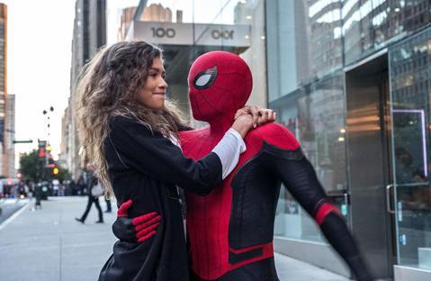 「蜘蛛人」的「分家風暴」暫時宣告解除,在索尼提出讓漫威及所屬的迪士尼分紅佔比提升到25%、其他條件大致上沒有太大改變後,迪士尼終於接受,願意繼續讓漫威影業總裁凱文費吉監督下一部「蜘蛛人」電影,「蜘蛛...