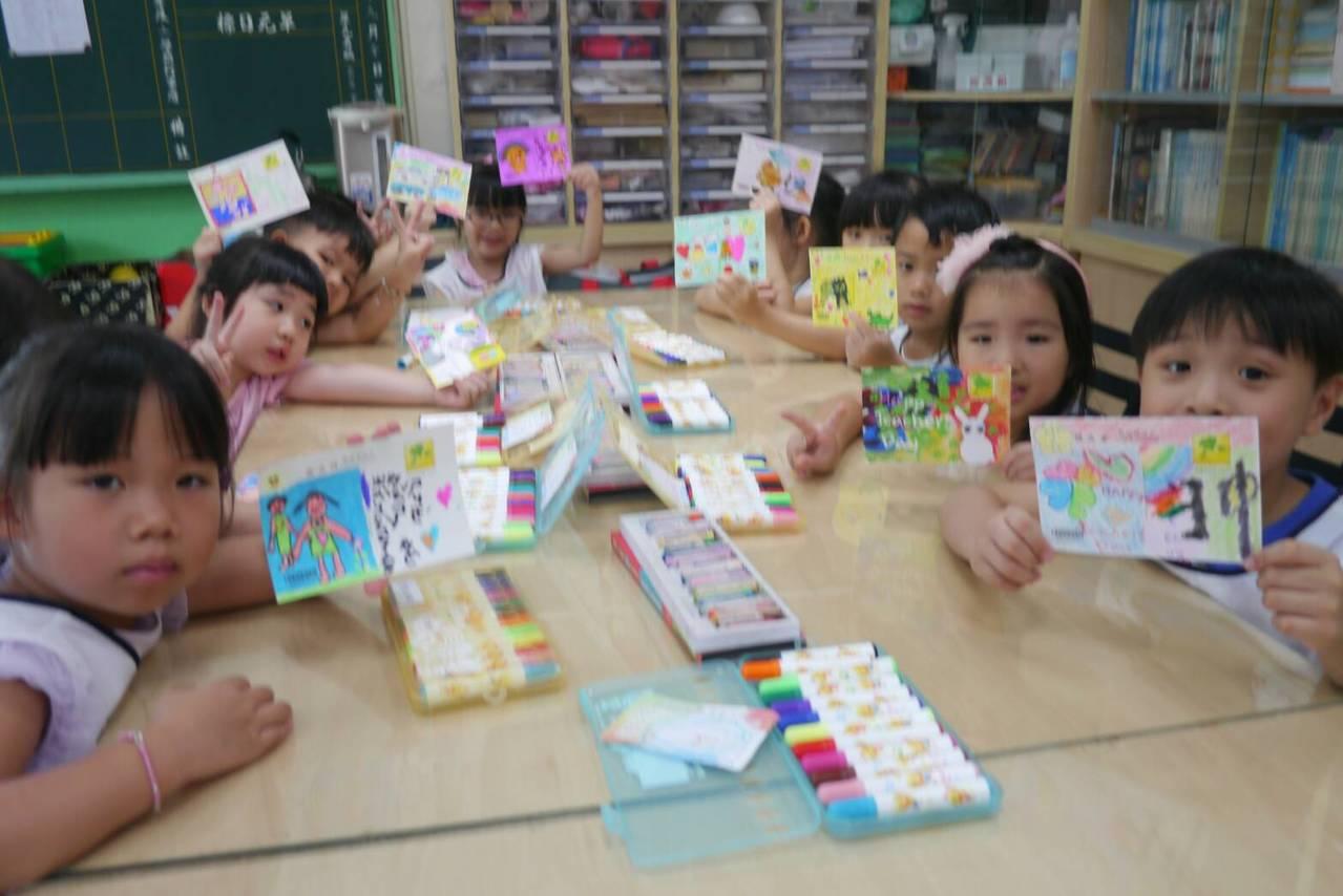 板橋郵政總局連續3年提供教師感謝卡片,讓大觀幼兒園200位小朋友自行發揮,以彩繪...