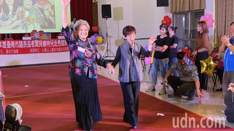 國民黨台南市第6選區立委參選人洪秀柱(右)今天出席台南市議長盃老寶貝模特兒走秀競賽。記者鄭維真/攝影