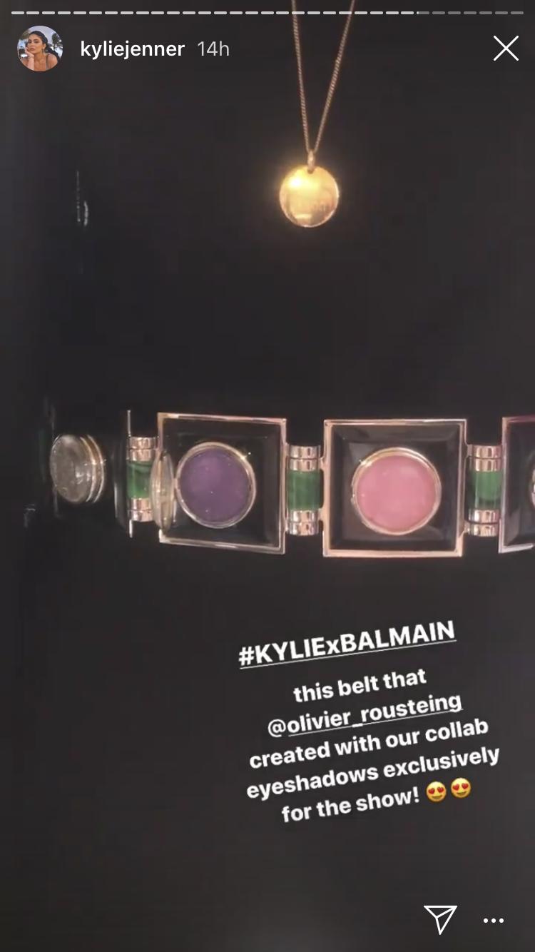 BALMAIN X KYLIE 聯名化妝品眼影盤化做可穿在身上的腰帶。圖/取自I...