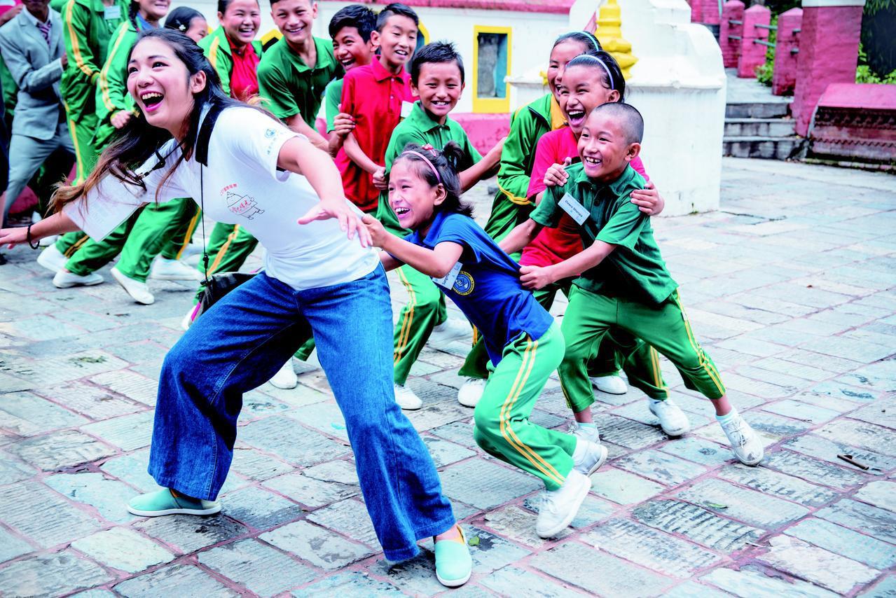 詹喬愉與院童們的互動總是充滿歡笑。圖/環宇國際文教基金會提供