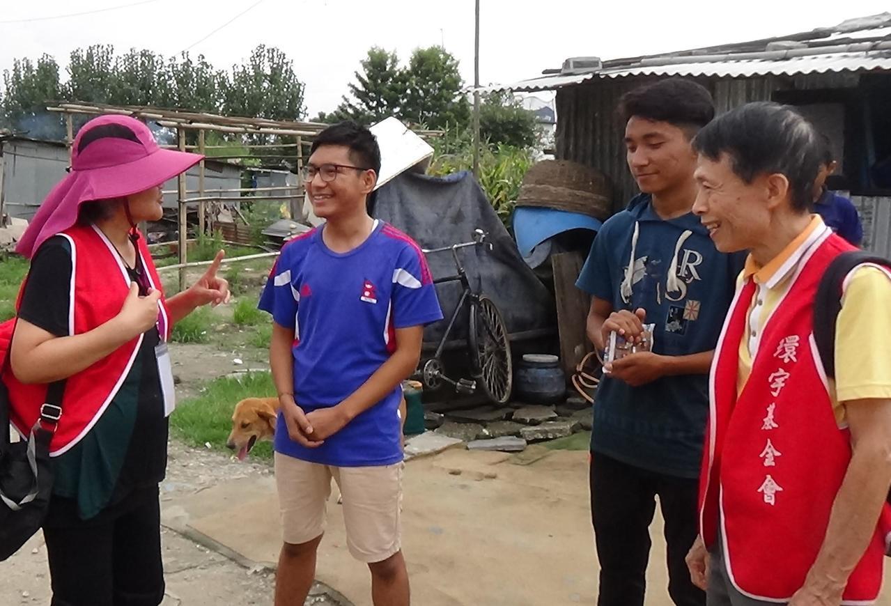 訪視團的志工一起去探訪住在貧民窟的受資助醫學生 Nima。圖/環宇國際文教基金會...